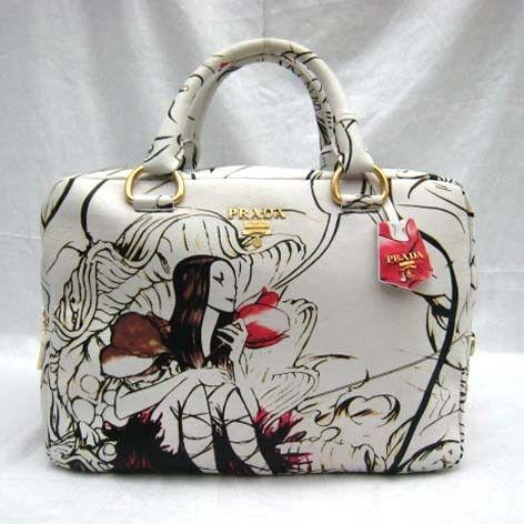 Сумки Prada (Прада) Купить сумки Prada из последних коллекций можно в.